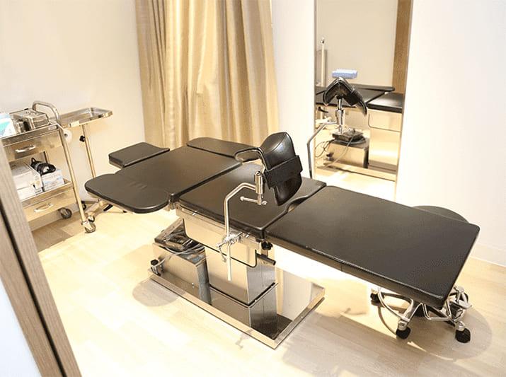 クリニックの施術室の画像です。診療ベッドが置いてあります。