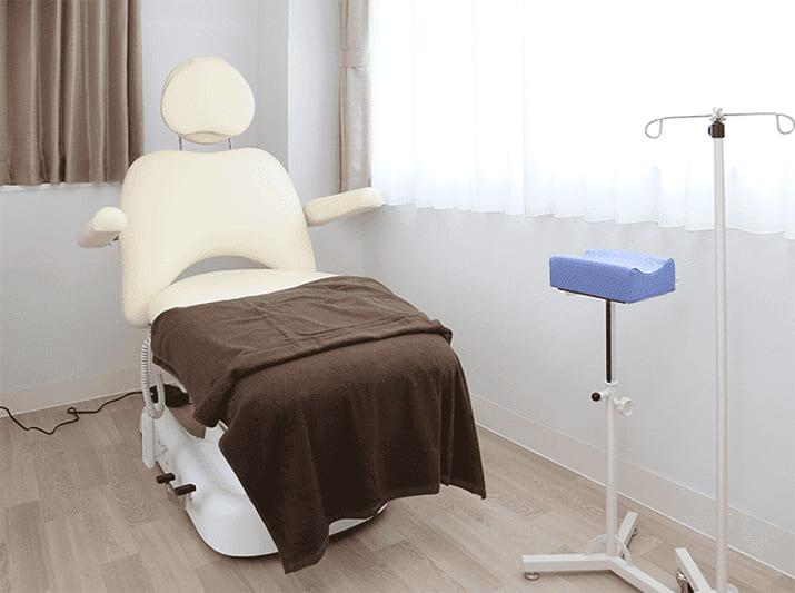 クリニックの施術室の画像です。診療チェアが置いてあります。