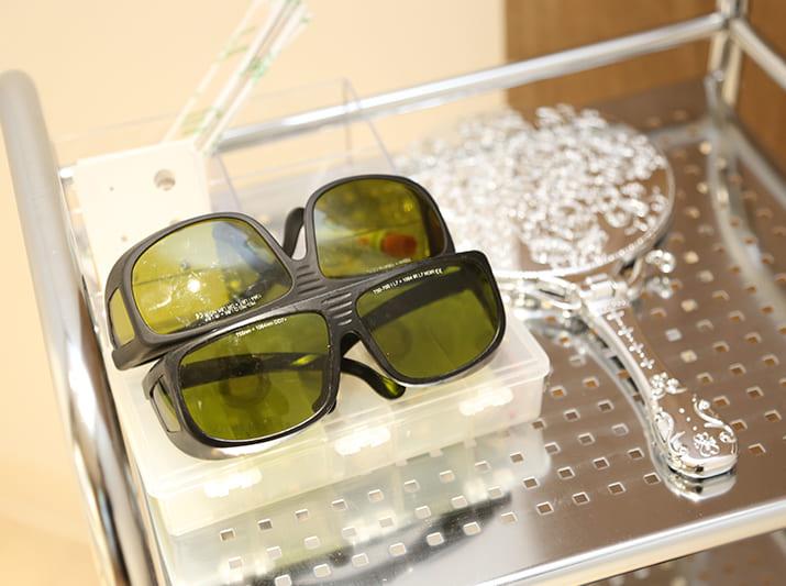 クリニックで使用する美容レーザーの保護メガネなどの画像です。